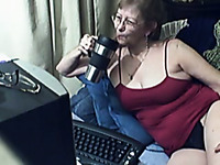 Lustful flabby webcam granny plays with her loose cunt for me