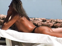 Spy video from the beach - sunburned mature blondie