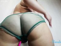 Juicy butt and huge boobs camgirl masturbating on webcam