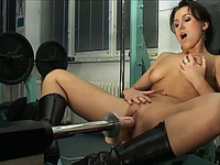 Gym babe tries out a mechanical sex while working out